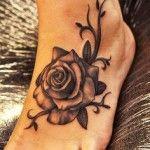 sublime tatouage rose fleur noir et gris sur pied femme