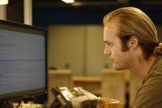 Wat kijkt Erwin serieus als hij aan het coden is he.