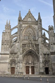 Abadía Trinidad de Vendôme (Francia, siglo XVI). Situada al sureste de París. La fachada se decora con tracerías con forma de llamas ondulantes.