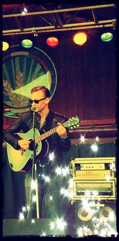 Amazing Tom at Wheatland Music Festival. (Original photo:  https://www.flickr.com/photos/petraproductions/15183695695/in/set-72157646981514060)