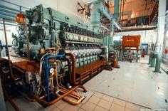 13. The backup diesel generators to cool the core are turned on. Image: diesel generators of the Kursk Nuclear Power Plant (Russia). / Se activan los generadores diésel de emergencia, que bombean agua para mantener la refrigeración. En la imagen, generadores diésel de la central nuclear de Kursk (Rusia).