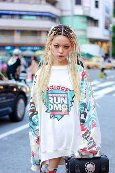 Love her hair but her eye makeup mixed with that baggy shirt and her skinny legs make her look like a heroin junkie