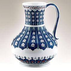 El Yapımı Vazo No. 1  Kütahya Porselen Ürün Kodu : LA25SR119045    El Yapımı Vazo; dünya müzelerindeki orijinal iznik çinilerinin, porselene uyarlanarak üretilmiş replikasıdır. Vazonun orjinali Gezira Museum, Kahire'de bulunmaktadır.