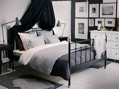 Yatak odalarında siyah ve beyaz renklerin zıtlığı modern bir görüntünün temellerini oluşturuyor. Güzel bir şekilde kombin edildiğinde bu iki rengin yatak odası dekorasyonunu tepeden tır