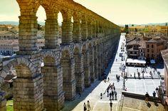 Acueducto - Segovia es una ciudad española de la comunidad autónoma de Castilla y León, capital de la provincia del mismo nombre. Esta situada en la confluencia de los ríos Eresma y Clamores, al pie de la sierra de Guadarrama. El casco antiguo y su acueducto fueron declarados Patrimonio de la Humanidad por la Unesco en 1985. El acueducto de Segovia mide 818 metros de largo, es la obra de ingeniería civil romana más importante de España, y el monumento mejor conservados de los que dejaron los…