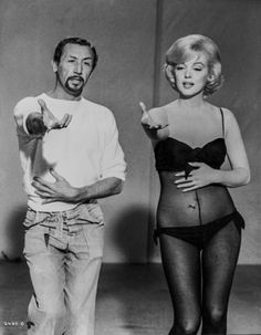 Marilyn Monroe and choreographer Jack Cole rehearse the number My Heart Belongs to Daddy for the Twentieth Century Fox romantic musical Let's Make Love, Marilyn Film, Marilyn Monroe Photos, Marylin Monroe, Classic Hollywood, Old Hollywood, Jack Cole, Lets Make Love, Cinema Tv, Actrices Hollywood
