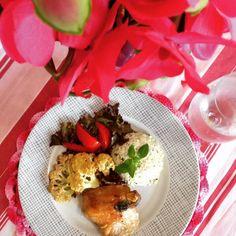 LOW CARB LUNCH Sobrecoxa assada  couve flor gratinada  saladinha: tomate/alface/repolho (no processador coloquei repolho manjericão castanha sal azeite e limão) #ilovecooking #lowcarb #keto #ketodiet #ketolife #nãoédietaéestilodevida #receitasfit by tabytatorres
