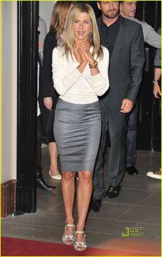 Celebrity Look 4 Less: Jennifer Aniston Estilo Jennifer Aniston, Jennifer Aniston Legs, Jennifer Aniston Pictures, Jeniffer Aniston, Joanna Gaines Style, Celebrity Look, Celebs, Celebrities, Popular