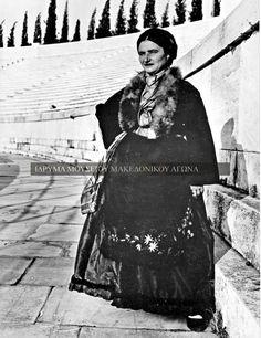 Ολόσωμη αναμνηστική φωτογραφία μιας γυναίκας από το Λιβάδι της επαρχίας Ελασσόνας με την παραδοσιακή ενδυμασία του τόπου της, την περίοδο 1937-1940. Στα τέλη του 19ου αιώνα και στις αρχές του 20ου η επαρχία Ελασσόνας δέχτηκε βλάχικους πληθυσμούς, που κατέβηκαν από τα ορεινά βλαχοχώρια του Ολύμπου. Συλλογή Αστέριου Κουκούδη