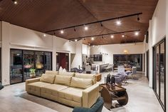No projeto de remodelação dessa casa de fazenda, a arquiteta Maria Lúcia Santos encontrou uma residência aconchegante, mas que carecia de espaços integrados para reunir toda a família nos momentos …
