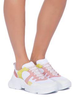 Tênis Feminino Chunky S.95-18 Yellow, Schutz.O tênis branco é produzido em  tecido texturizado. A peça possui recortes em material tecnológico verde e  rosa, ... 952579c312