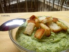 La vellutata di zucchine è un piatto dal sapore molto delicato e raffinato, molto semplice da preparare, leggerissima e veloce. Questa ricetta è perfetta