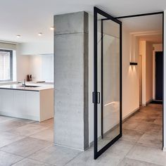 Glazen taatsdeur met helder glas en zwart geanodiseerd aluminium