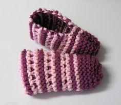 Voici un modèle de pantoufle facile et vite fait. J'aime bien le motif. J'ai tricoté avec deux fils en même temps mais ce n'est pas essentiel. Version imprimable Fournitures : Phentex ou laine acry…