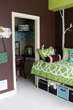 Worth Pinning: Tween Girl Room makeover.  Love the closet desk area, and the storage bed!
