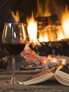 Un verre de vin et un livre de la cheminée.