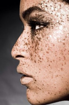 6 freckled women who we could learn something from
