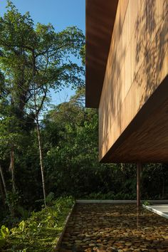 A succession of laminated wooden porticos creates terraces, which are open toward the view.The structural system ensures the construction closing.