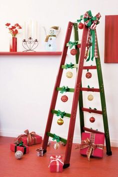 DIY ladder shelf ideas - Easy ways to reuse an old ladder at home Unique Christmas Decorations, Christmas Ornaments To Make, Simple Christmas, Christmas Themes, Christmas Crafts, Holiday Decor, Ladder Christmas Tree, Old Ladder, Leaning Ladder