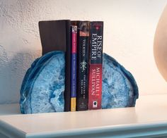 31 cool, clever, unique, and fun bookends for your home library Beach Themed Crafts, Fun Crafts, Geode Bookends, Precious Book, Brazilian Agate, Agate Geode, Beach Themes, Decoration, Bookshelves