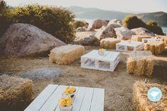 RUSTIC NEON WEDDING     Straw bales & palet tables with lemon centerpieces. Photography: Sara Lobla    www.saralobla.com