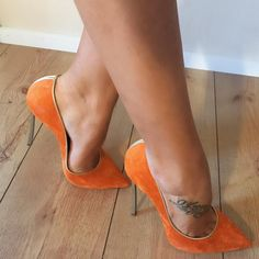 Orange suede pumps, arches, toe cleavage, and nice tat #highheelspumps