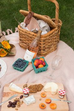 target home decor how to host a parisian picnic via everyday parisian Picnic Date, Beach Picnic, Summer Picnic, Fall Picnic, Backyard Picnic, Comida Picnic, Romantic Picnics, Romantic Dinners, Picnic Foods