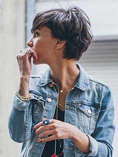 """How to style the Pixie cut? Despite what we think of short cuts , it is possible to play with his hair and to style his Pixie cut as he pleases. For a hairstyle with a """"so chic"""" and pointed… Continue Reading → Short Pixie, Short Hair Cuts, Short Wavy, Pixie Cut Styles, Pixie Cuts, Corte Y Color, Grow Out, Pixie Hairstyles, Bangs Hairstyle"""