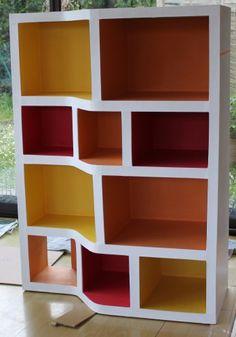Finalement je n'ai pas fait de tiroirs, ça ne me semblait pas nécessaire...ceci dit, j'en ai fait les découpes, manque plus qu'à les assembler. Je verrai à l'usage. Je l'ai peint en blanc, et collé du papier kraft de couleur (jaune, orange, rouge) dans...