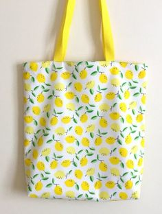 Tuto couture gratuit : Tote bag réversible aux motifs citrons Free sewing tutorial: Reversible tote bag with lemon patterns Reversible Tote Bag, Diy Tote Bag, Sewing Projects For Beginners, Sewing Tutorials, Dress Tutorials, Tote Bag Tutorials, Sewing Tips, Sewing Accessories, Free Sewing