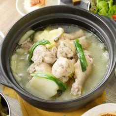 韓国の定番料理「タッカンマリ」。本来は鶏をまるごと使うレシピですが、今回は手羽元で簡単に作れるレシピのご紹介です♩炊飯器にカットした材料を全部入れたら、あとは炊き上がるのを待つだけ!旨辛タレにつけて食べる手羽元は、ほどける柔らかさですよ…!