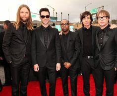 Группа Maroon 5 на красной дорожке Грэмми 2013
