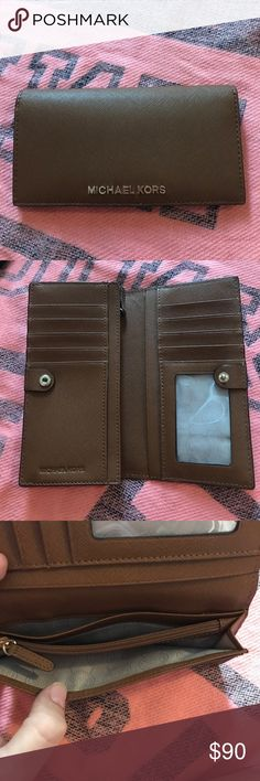 Beautiful Condition Michael Kors Wallet This Tan Michael Kors Wallet Is In Gorgeous Condition Only Used A Few Times. Tons Of Compartments And Card Slots Michael Kors Bags Wallets