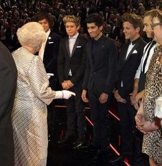 One Direction Meets The Queen!: Photo One Direction greet the Queen of England during the 2012 Royal Variety Performance held at Royal Albert Hall in London on Monday night (November One Direction Humor, I Love One Direction, Irresistible One Direction, Isabel Ii, 1d And 5sos, Celebs, Celebrities, Liam Payne, Story Of My Life