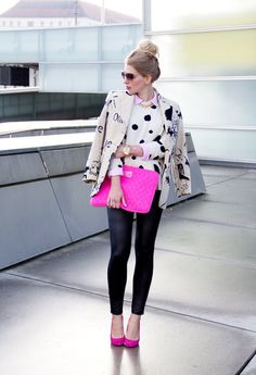 Suéter animal print con pantalones negros y zapatos rosas