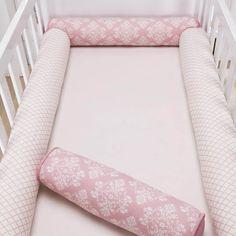 O Kit Berço Rolinho Arabesco Rosé traz os rolinhos seguros e fofinhos para a decoração do quarto de bebê com toda a feminilidade que sua menina merece!