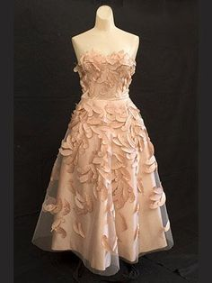 The latest tips and news on vintage-prom-dresses are on Prom Hairstyles, Trends and Dresses. On Prom Hairstyles, Trends and Dresses you will find everything you need on vintage-prom-dresses. Vintage Bridesmaid Dresses, Vintage Prom, Vintage Gowns, Vintage Outfits, Prom Dresses, Vintage Chanel, Vintage Clothing, Quinceanera Dresses, Bride Dresses