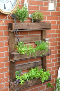 How would you like to arrange your plants at home? With these five DIY standing planter ideas, you can get as creative as possible Diy Hanging Planter, Wood Planter Box, Wood Planters, Indoor Planters, Garden Planters, Herb Garden Pallet, Vegetable Garden, Wooden Pallet Crafts, Garden Shelves