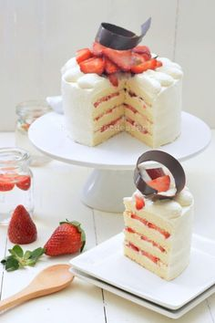 Easy Japanese Strawberry Shortcake (Light & Moist) I love cottony, moist and light strawberry shortcake and I really want to make this cake in no time. This cake is done in a day and serve after few hours. Let's get started on a… Japanese Strawberry Shortcake, Strawberry Shortcake Recipes, Strawberry Shortcake Birthday Cake, Food Cakes, Cupcake Cakes, Cupcakes, Japanese Cake, Japanese Sweets, Bonbon