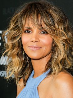 Halle Berry arrives at ELLE Magazine's Annual Women in Hollywood Event at The Four Seasons Hotel on October 2008 in Beverly Hills, California. Halle Berry Bikini, Halle Berry Hot, Hale Berry, Shaggy Long Hair, Curly Girl Method, Beautiful Actresses, Pretty Face, Cool Hairstyles, Halle Berry Hairstyles