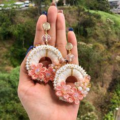 Hermosos Aretes blancos y tonos cremas disponibles #enfemeninoaccesoriospty #tulopidesnosotroslocreamos #panama #moda #accesorios Tatting Jewelry, Bead Embroidery Jewelry, Soutache Jewelry, Fabric Jewelry, Wire Jewelry, Beaded Jewelry, Jewelery, Unique Earrings, Bead Earrings