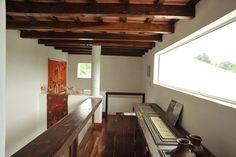 Salta, Argentina - El living es de doble altura, y en el entrepiso, una original mesa hecha con una puerta antigua.