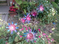 Aluminum Can Flowers, a great recycle project! Aluminum Can Flowers, Aluminum Can Crafts, Soda Can Flowers, Tin Flowers, Wire Crafts, Metal Crafts, Garden Whimsy, Garden Art, Garden Ideas