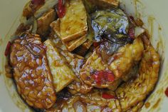 This dry tofu and tempeh dish with javanese sugar and chili is great side dish. It is also completely vegetarian. From Beb Vuyk's Great Cook book. Tilapia Recipes, Veggie Recipes, Asian Recipes, Cooking Recipes, Veggie Food, Cooking Tips, Indonesian Recipes, Indonesian Food, Grilled Salmon