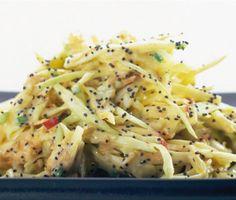 Ge den klassiska coleslawen en annan karaktär och uppsyn genom att tillsätta vallmofrön. Syrliga strimlor av äpplen och heta bitar av jalapeño förgyller coleslawen och gör den svindlande god.