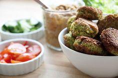 Humus er virkelig så godt og ikke særlig svært at lave selv - Hummus smager godt sammen med falafler og i sandwich mv - få opskrift her