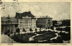 Widok na plac Daszyńskiego od strony dawnej Szkoły Ewangelickiej (przez lata szkoła podstawowa nr 1). Na drugim planie skrzyżowanie ulic Kołłątaja i Damrota oraz budynek Banku Rzeszy. Brak jednego z najstarszych szaletów miejskich (najstarszy na pl. Kopernika). Zdjęcie wykonane około 1910 roku.  Foto: Opolska Biblioteka Cyfrowa   W budynku po lewej, widać duże okno z wystającym łukowatym parapetem. Tam jest siedziba naszego ośrodka. Ten parapet istnieje do dziś