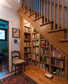 bibliothèque bois massif retro et étagères murales sous escaliers