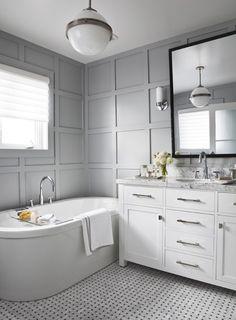 Salle de bain aux murs lambrissés