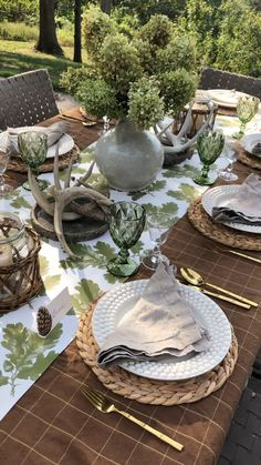 We love how this kit mimics falls fading colors. The green Oakleaf print and goblets blend elegantly with the taupe napkins and brown tablecloth. This look is beautifully unexpected and understated. Set up is quick easy. Easter Table Settings, Thanksgiving Table Settings, Thanksgiving Tablescapes, Christmas Settings, Comment Dresser Une Table, Thanksgiving Decorations Outdoor, Outdoor Thanksgiving, Spring Decorations, Thanksgiving 2020